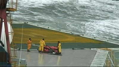 Raw: Crew boards grounded rig