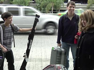 Air passengers mixed on knives, bats on planes