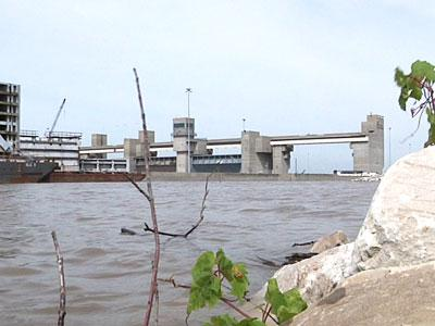 Rising Mississippi River threatening towns