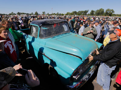 Vintage Chevy auction in Neb. draws thousands