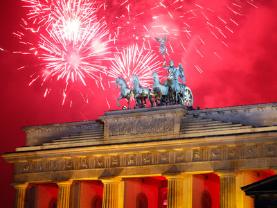 Raw: Fireworks explode over Brandenburg Gate