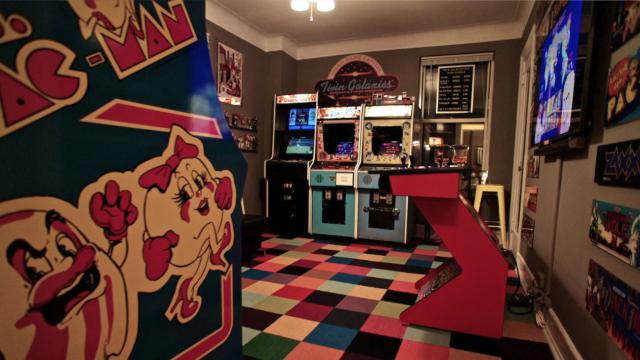 Man turns nyc bedroom into 80 39 s arcade and loses fiancee for Bedroom 80 humidity