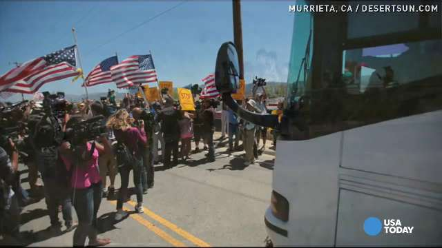 Immigrant buses blocked by protestors | USA NOW