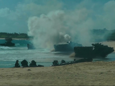 Raw: Japanese soldiers storm beach in exercises