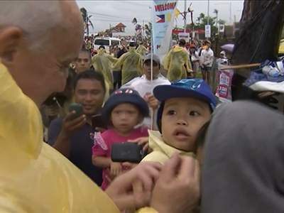 Raw: Pope greets faithful in eastern Philippines