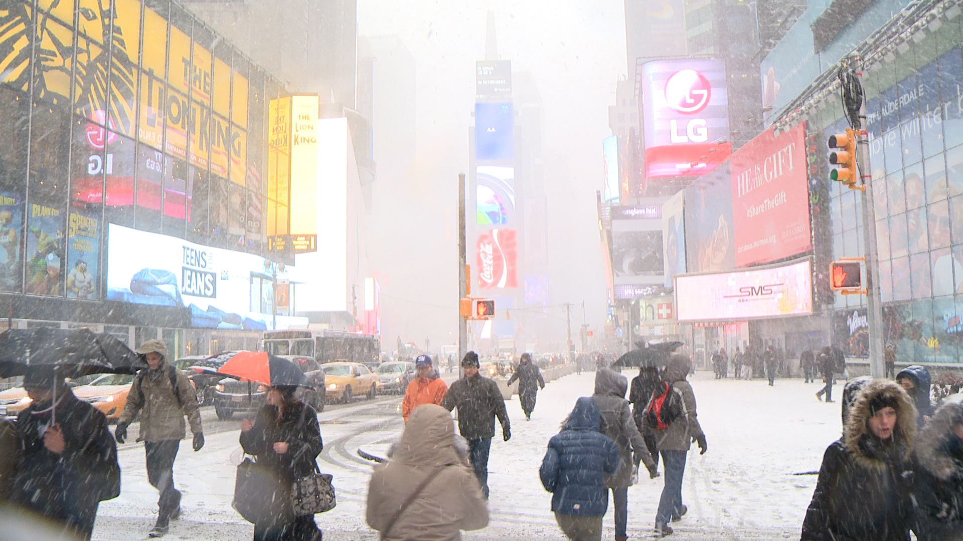Travelers stranded as snow falls on Manhattan