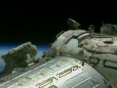 Raw: Astronauts turned 'cable guys' outside ISS