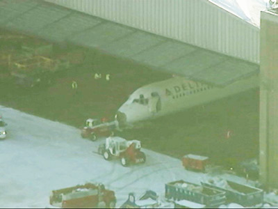 Raw: Delta jetliner at LaGuardia taken to hangar