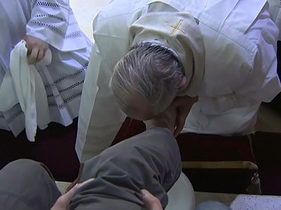 Raw: Pope washes feet of inmates ahead of Easter