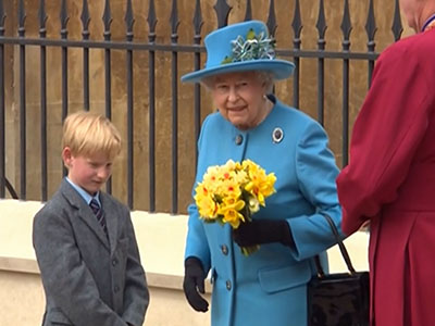 Raw: Britain's Royal family attends Easter mass