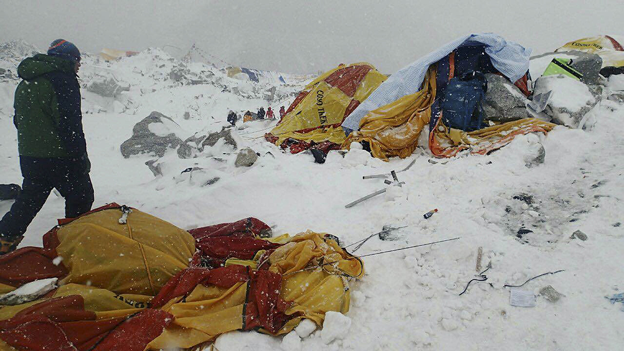 Videos emerge of Mount Everest avalanche