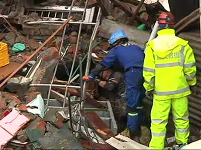 Raw: Chinese team looks for Nepal survivors