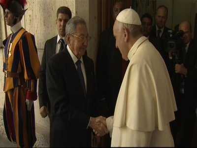 Raw: Raul Castro meets Pope Francis