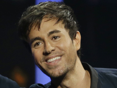 Enrique Iglesias slices fingers during concert