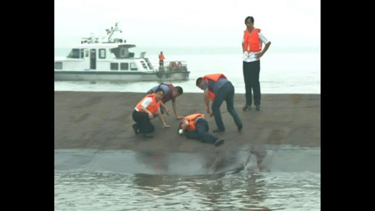 Raw video: Search for survivors after boat capsizes in China
