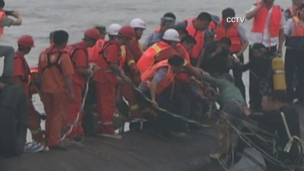 Elderly man and woman rescued from Yangtze river