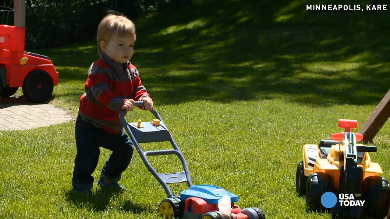 Toddler amputee zooms by parents in new prosthetic
