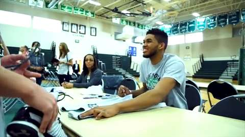 Towns gets assist from NFL star and passes it on