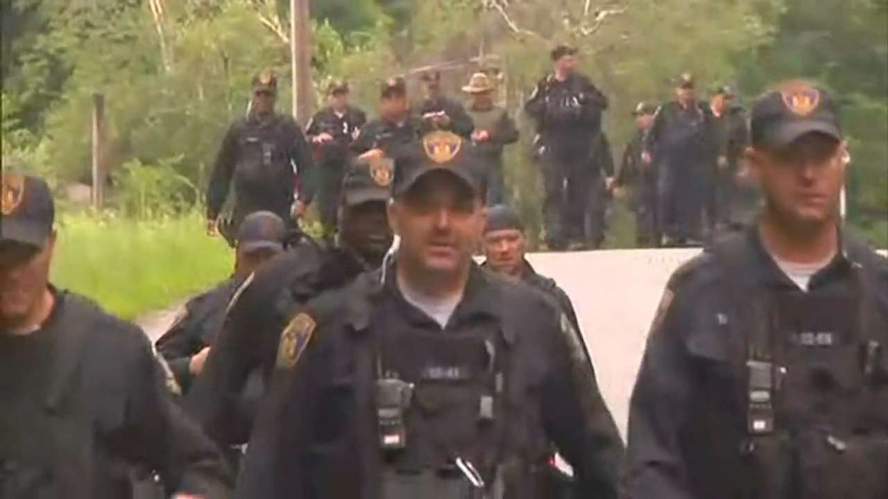 Escaped NY inmates elude searchers combing woods
