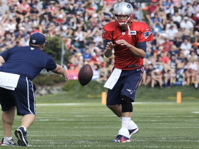 Raw: Brady Gets Big Cheers At Patriots Practice