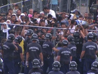 Raw: Migrants Try to Escape from Hungary Camp