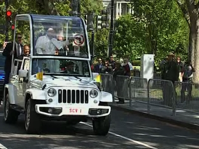 Thousands Pack Pope Parade Route in Washington