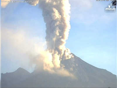 Raw: Time-lapse of Mexico Volcano Spewing Ash