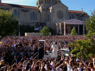 Raw: Huge Crowd Greets Pope Francis Before Mass