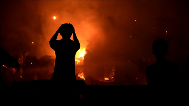 Manila fire razes slum, destroys 800 houses