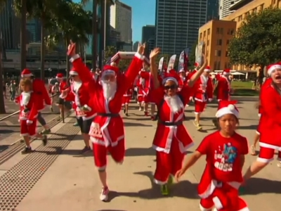 Thousands dressed as Santa run through streets of Sydney