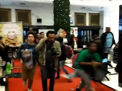 Raw: Protesters run through Chicago Macy's