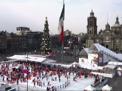 People flock to giant ice-rink in Mexico