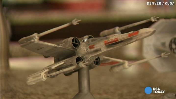 Bored worker makes Star Wars models from office supplies