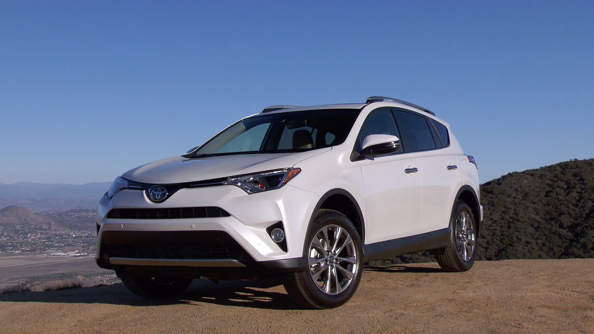 USA TODAY autos reporter Chris Woodyard takes a look at Toyota's 2016 RAV4 Hybrid.