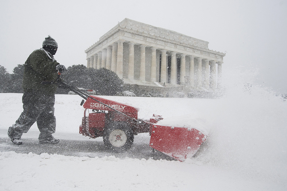 Watch: National Mall fills with snow in seconds