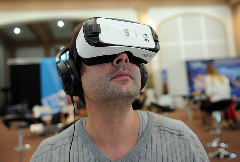 Virtual reality storms into 2016 with big pros and potential cons