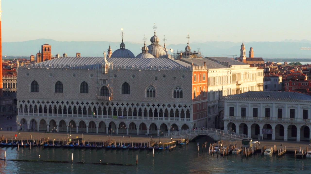 Join host Christine van Blokland as she explores the treasures of Venice, Italy.