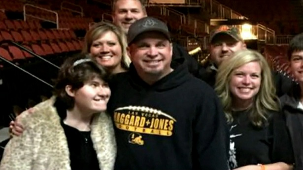 Garth Brooks duets with girl in heartwarming moment