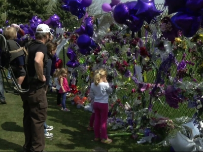 Fans flock to Prince memorial at Paisley Park