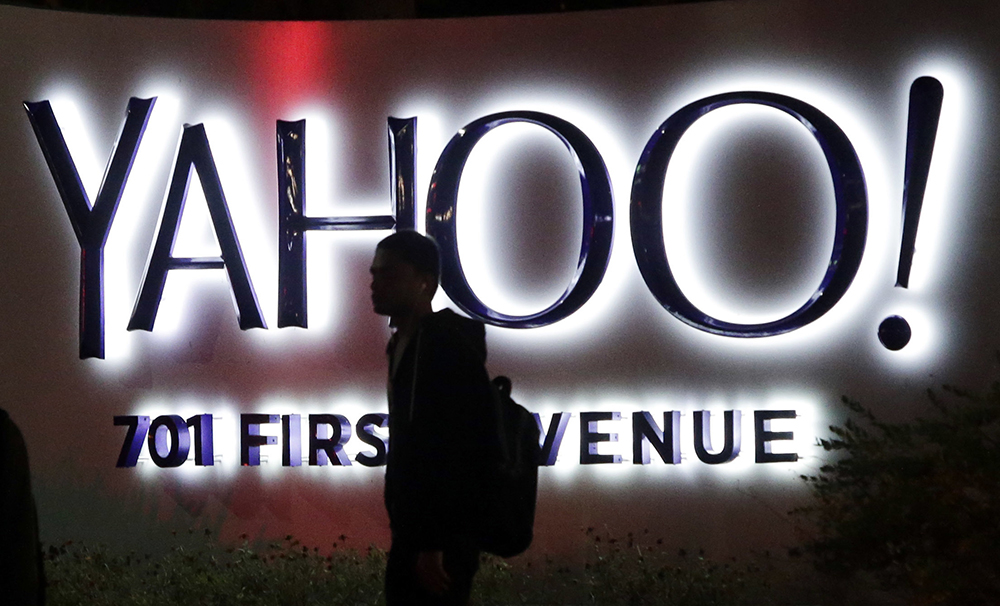 Yahoo has reached a deal with Starboard Value to shake up its board of directors, adding four independent directors in a move that could smooth the sale of Yahoo's Web assets.