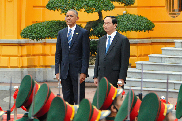 Obama visits Vietnam, ends arms embargo