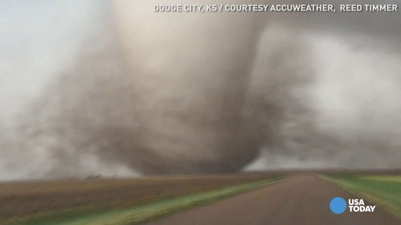 Close-up video shows huge tornado barely miss farmhouse