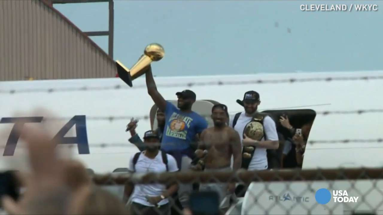 Cleveland Cavaliers show off championship trophy