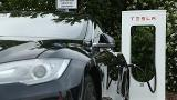 Tesla motors looks to add solar power to its electric car business