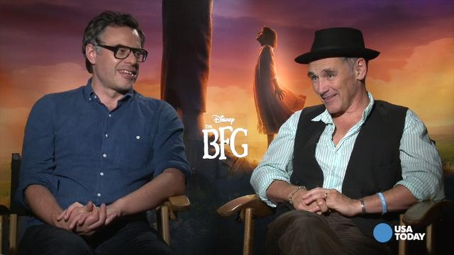 Mark Rylance and Jemaine Clement give the secrets to being a giant, talk embarrassing body suits and the Queen's bodily functions in 'The BFG.'