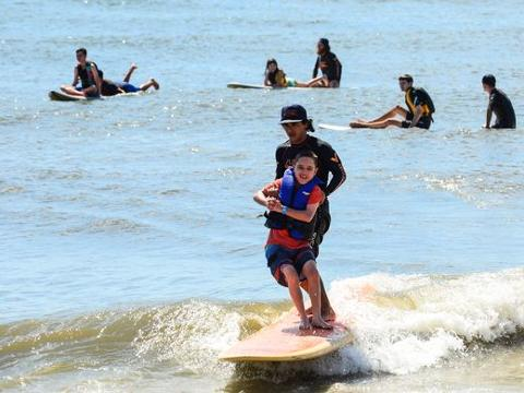 Children with autism find surfing therapeutic