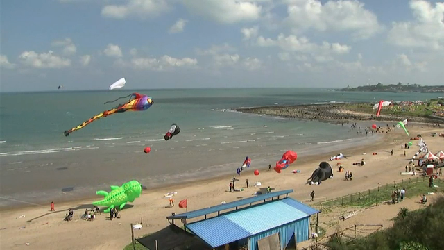 More than a hundred kite enthusiasts showcased their stunt kite flying and artistic kite displays along Taiwan's north coast on Saturday. (Sept. 24)