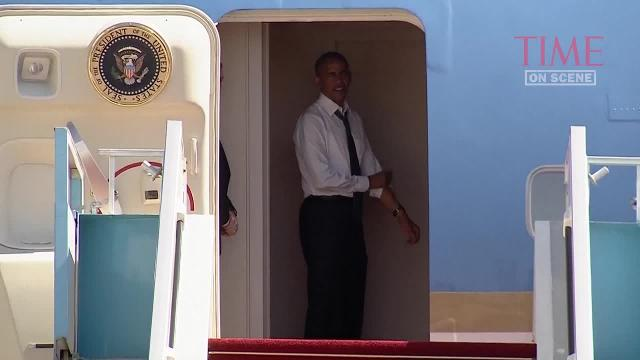 Watch President Obama wait for Bill Clinton to board Air Force One