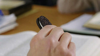 Oreo: Cookie vs. cream debate (Admeter 2013)