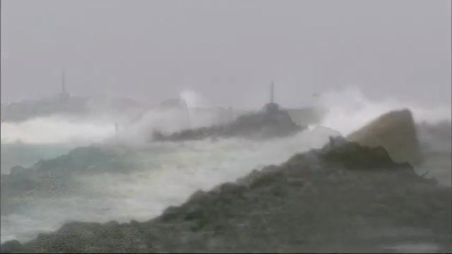 Raw: Strong Wind and Rain in Pacific Northwest
